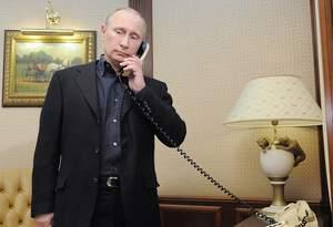 В.В. Путин разговаривает по телефону